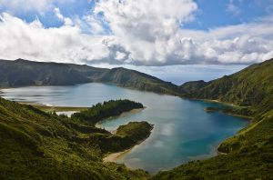 800px-Lagoa_do_Fogo_on_Sao_Miguel_in_the_Azores_of_Portugal_on_the_planet_Earth